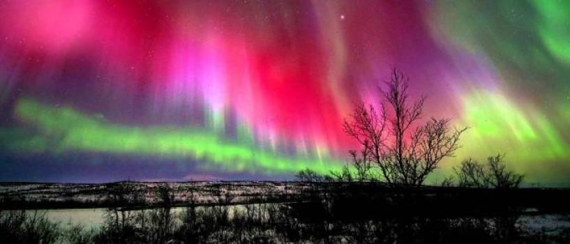 Aurore spectaculoase au fost vizibile pe Terra ca efect al exploziilor solare