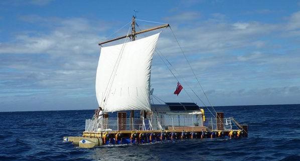 Un octogenar britanic a traversat Atlanticul cu o pluta!