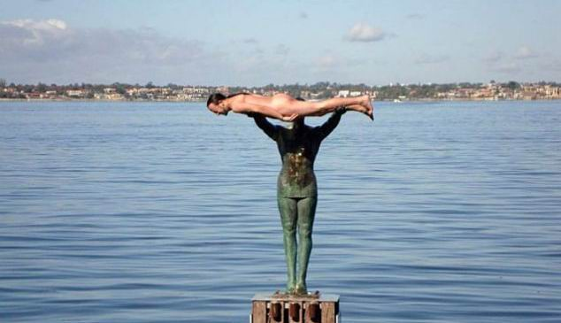 Un australian gol-golut a facut planking pe o statuie!
