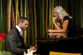 Uimitor! Burlacul stie sa cante la pian!?!?