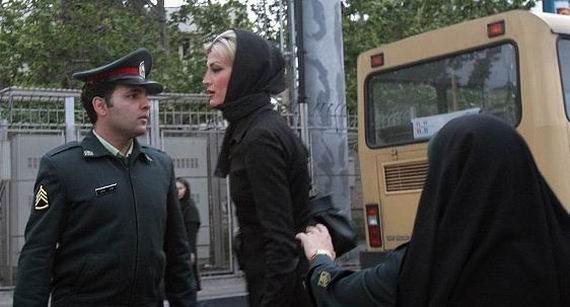 Barbatii iranieni nu mai au voie sa poarte lantisoare la gat!