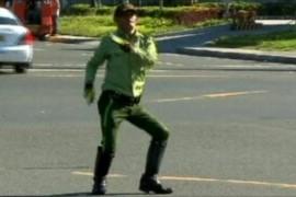 Un politist filipinez dirijeaza traficul cu mult talent (VIDEO)