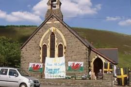 O viitoare mireasa protesteaza in fata bisericii in care visa sa se marite!