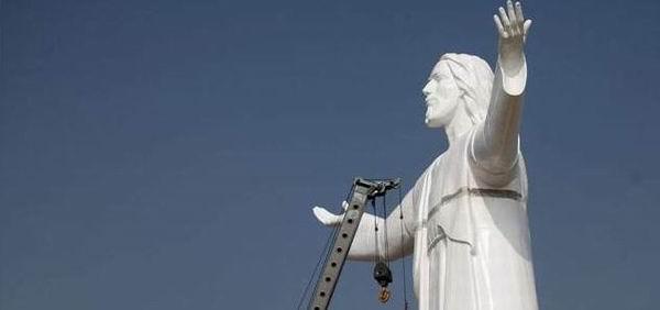 O statuie gigant a lui Iisus naste controverse in Peru!