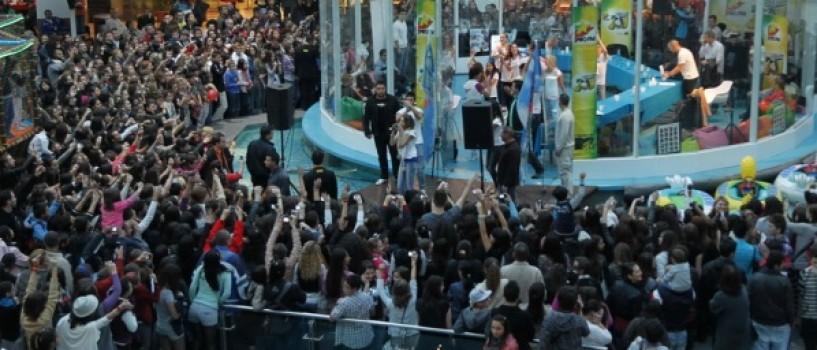 LaLa Band aclamati de 2.500 de fani la lansarea piesei LaLa Love Song!