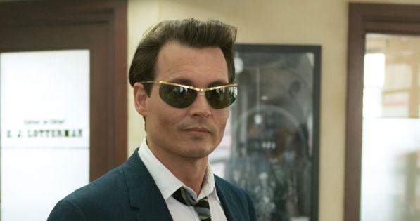 Johnny Depp isi tine jurnalul pe corp