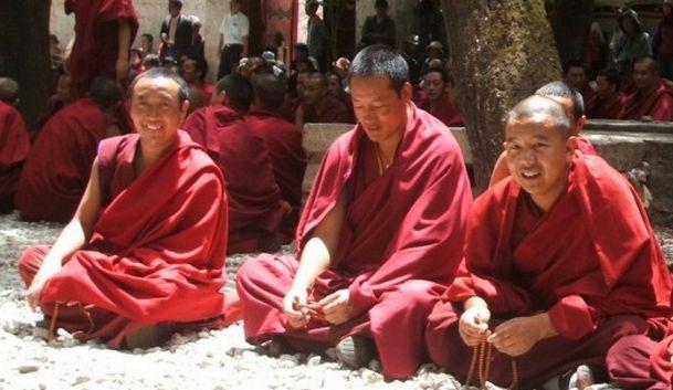 Calugarii tibetani au nevoie de aprobare pentru a se reincarna si alte legi la fel de ciudate...