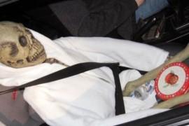 A incercat sa pacaleasca legea circuland cu un schelet pe post de pasager!