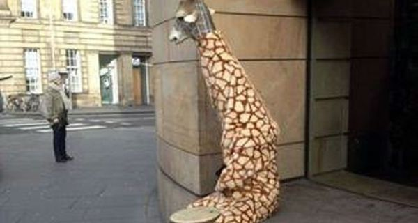 Omul girafa cerseste ca sa ii faca pe altii fericiti