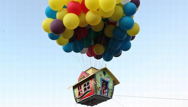 Exact ca in Up! O casa a zburat suspendata de sute de baloane cu heliu!