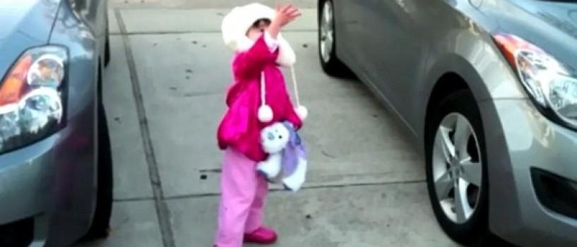 Fetita care vrea sa prinda Luna, un nou hit pe Internet! (VIDEO)