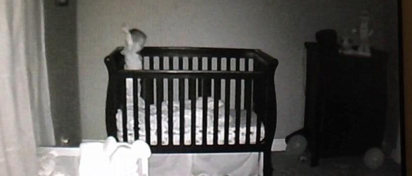 Viral pe YouTube: Ce face un copil de 2 ani cand nu vrea sa doarma? (VIDEO)