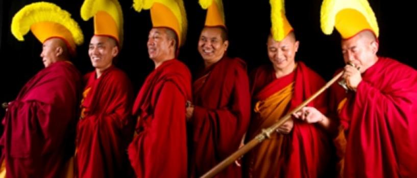 Calugarii tibetani canta la festivalul britanic Glastonbury 2013