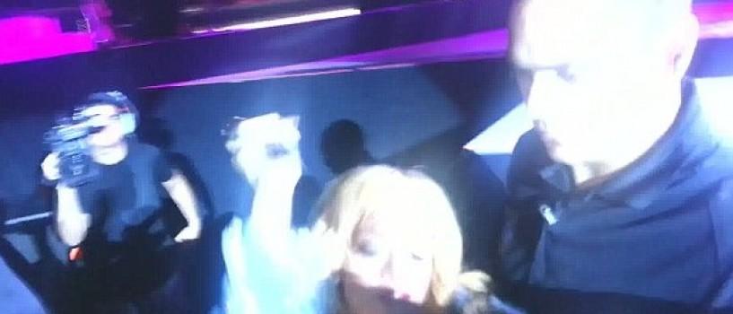 Feriti-va de Rihanna!!! Artista a lovit un fan cu microfonul in cap! (VIDEO)