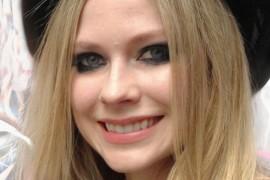 Avril Lavigne a imbracat rochia neagra de mireasa!
