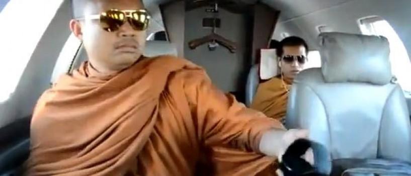 Calugarul budist filmat intr-un avion privat, acuzat de spalare de bani