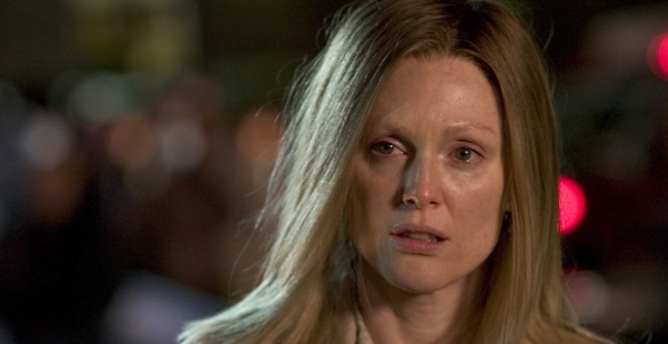 Julianne Moore isi  face singura treburile casnice!