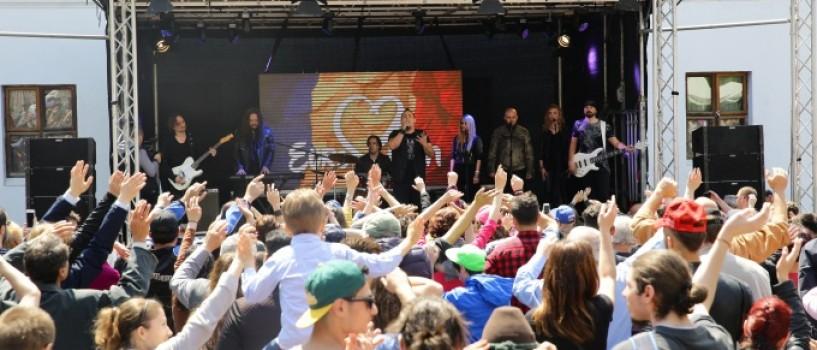 Sute de oameni au venit in Centrul Vechi pentru a-l sustine pe Ovidiu Anton!