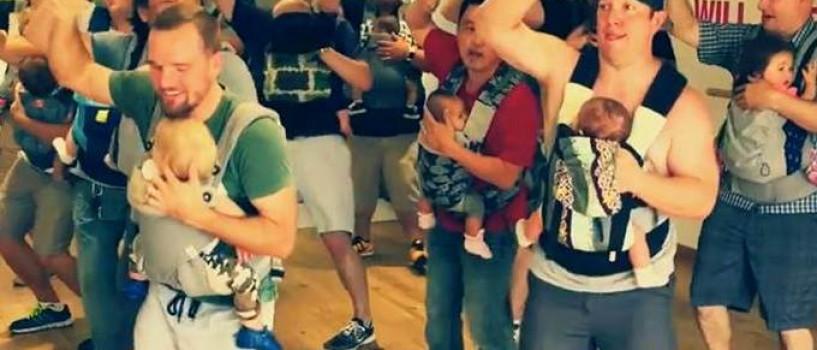 VIDEO: Ia-ti o pauza si urmareste acest dans al taticilor cu bebelusi in port-bebe!