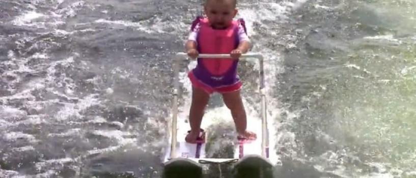 VIDEO: Cel mai tanar schior nautic din lume este o ea si are doar… sase luni!