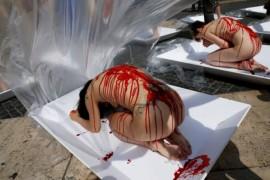 VIDEO: Au protestat dezbracati, acoperiti de sange fals, pentru a sustine dieta fara carne!