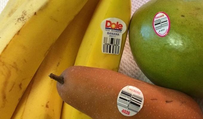 Ce informatii contin etichetele micute de pe fructele si legumele din supermarket?