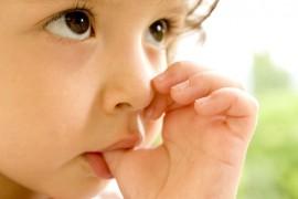 Copilul tau isi suge degetul? Isi roade unghiile? Exista si o parte buna in asta!
