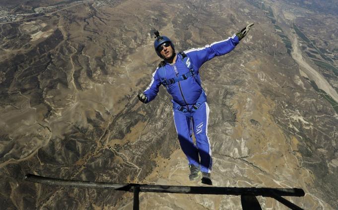 Luke Aikins va sari de la 7600 de metri fara parasuta. Aflam maine daca va supravietui!