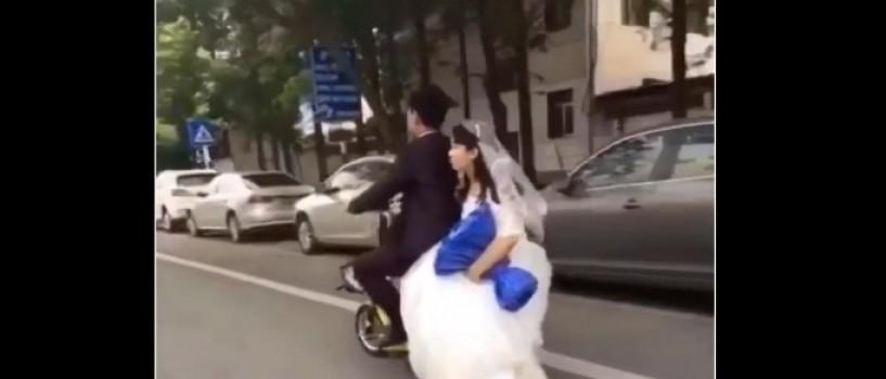 VIDEO: O mireasa cade (rau!) de pe scooterul mirelui, insa acesta nu observa!