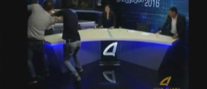 VIDEO: Doi politicieni georgieni s-au luat la bataie in direct la TV!