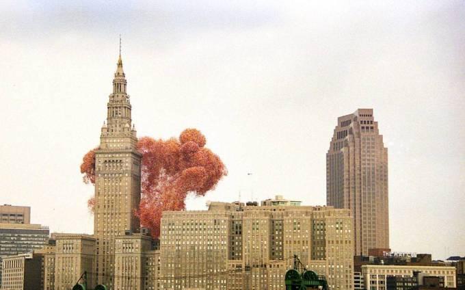 La ce sa te astepti cand lansezi 1,5 milioane de baloane in aer? In Cleveland s-a lasat cu un dezastru!