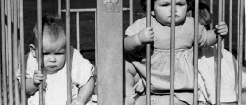"""Parentingul acum 100 de ani: custile erau considerate """"un lucru bun"""" si alte imagini socante!"""
