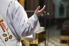 """""""Micile placeri"""" ale unui preot catolic: orgiile, proxenetismul si filmuletele deocheate!"""