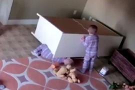 VIDEO: Un baietel de doi ani si-a eliberat fratele geaman de sub o comoda cazuta peste el!