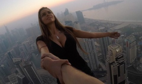 Modelul rus care si-a riscat viata pentru o fotografie intr-un zgarie nori din Dubai, contactat de politie!
