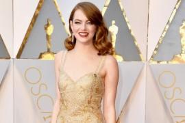 Ai remarcat rochia lui Emma Stone de la Premiile Oscar? Afla cat si cati oameni au muncit la ea!