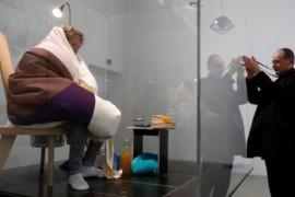 Un artist francez se va transforma in gaina timp de trei saptamani. El urmeaza sa cloceasca oua!