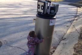 """VIDEO: Aceasta fetita care imbratiseaza un """"robot"""" e pur si simplu adorabila!"""
