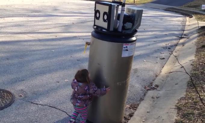 VIDEO: Aceasta fetita care imbratiseaza un