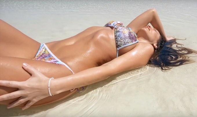 Anna Lesko este singura pe o plaja din Zanzibar in noul ei videoclip: Sola En La Playa!