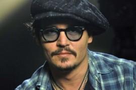 Johnny Depp nu isi memora scenariile. Replicile ii erau citite in casca!