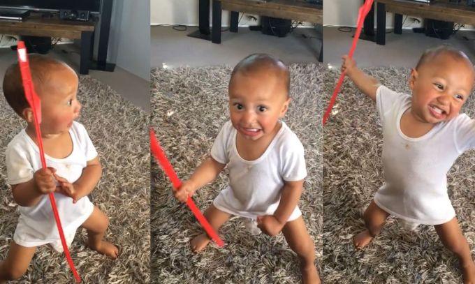 VIDEO: Nu a renuntat inca la pampers dar danseaza haka foarte viguros!