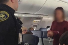 Avion deviat dupa ce o femeie a incercat sa sara pe usa de la iesirea de urgenta!