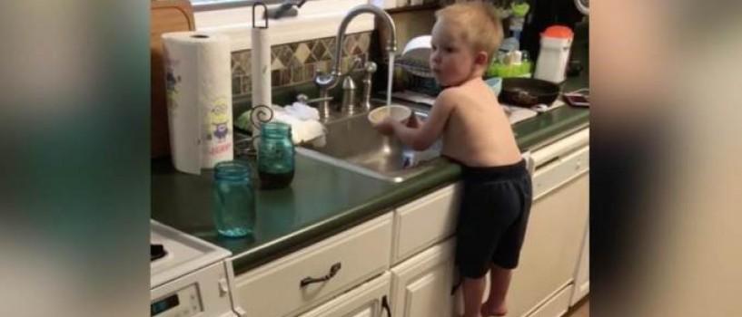VIDEO: Un baietel transforma spalatul vaselor intr-un adevarat numar de acrobatie!
