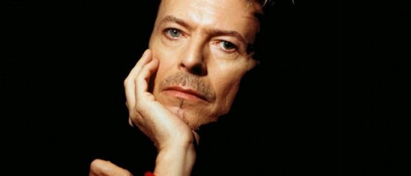 David Bowie se ascundea sub masa pentru a evita vizitele enervante ale lui Roger Moore!