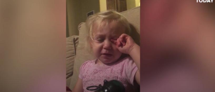 VIDEO: Aceasta fetita care plange in timp ce se uita la Bunul Dinozaur este dragalasenia intruchipata!