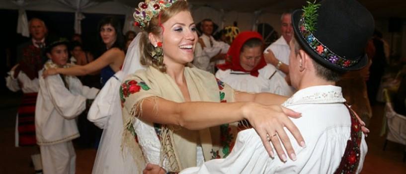 Mirela Vaida isi doneaza rochia de mireasa unei tinere care are nevoie de ea!