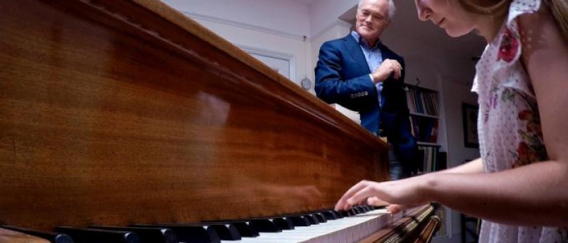 O micuta geniu pianist a creat o sonata din doar 4 note extrase dintr-o palarie! Ce a iesit e uimitor!