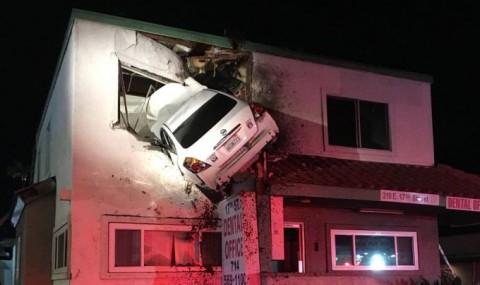 VIDEO: Accident spectaculos in SUA! O masina a zburat de pe carosabil si s-a infipt in etajul 2 al unei cladiri!