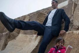 VIDEO: Cel mai inalt pamantean si cea mai scunda pamanteanca au vizitat piramidele din Egipt!